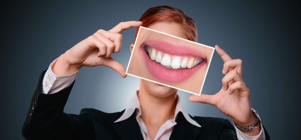 cepillarse-los-dientes-de-forma-inadecuada